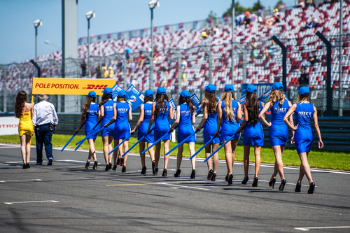 attractive-women-at-f1-race
